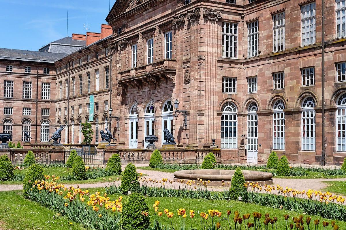 Chateau des Rohan mit seinem Rosengarten